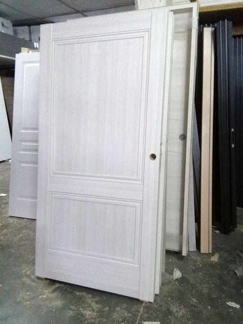 delle porte interne in legno di color bianco sfumato