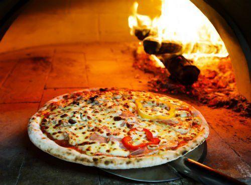 pizza farcita nel forno a legna