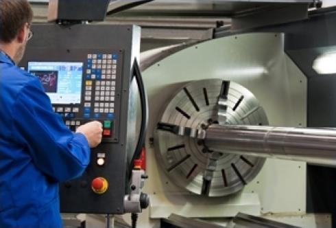 operaio che lavora su una macchina automatica