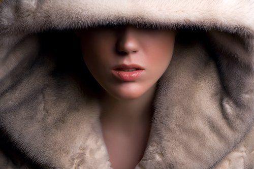 donna con cappuccio in pelliccia