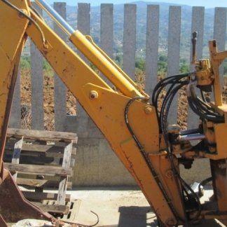 Retroescavatore posteriore con sedile e benna scavo