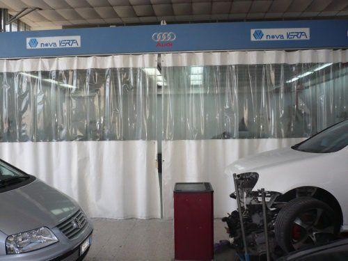 due auto durante la riparazione in officina