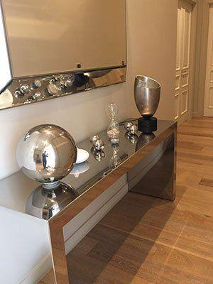 un console in acciaio inox con degli oggetti in inox