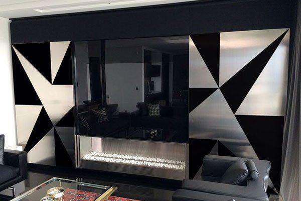 una sala con due divano di color grigio e un mobile Tv in acciaio inox