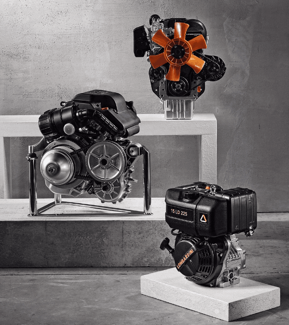 tre motori su diversi piedistalli