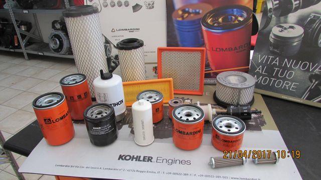 una decina filtri per motori su un tavolo