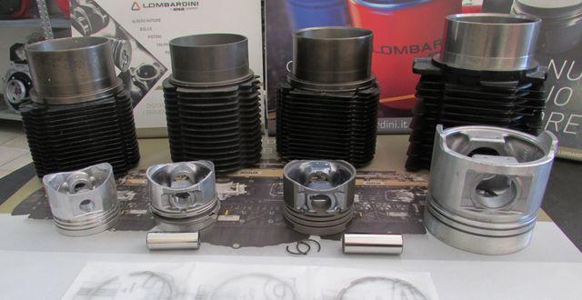 pistoni e cilindri per auto in fila su un tavolo