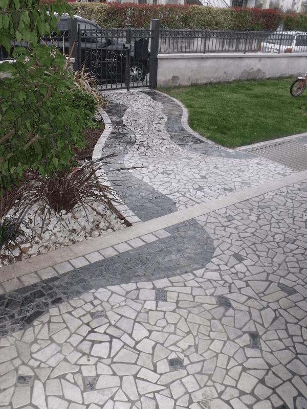 percorso esterno con piastrelle a forma di pietra