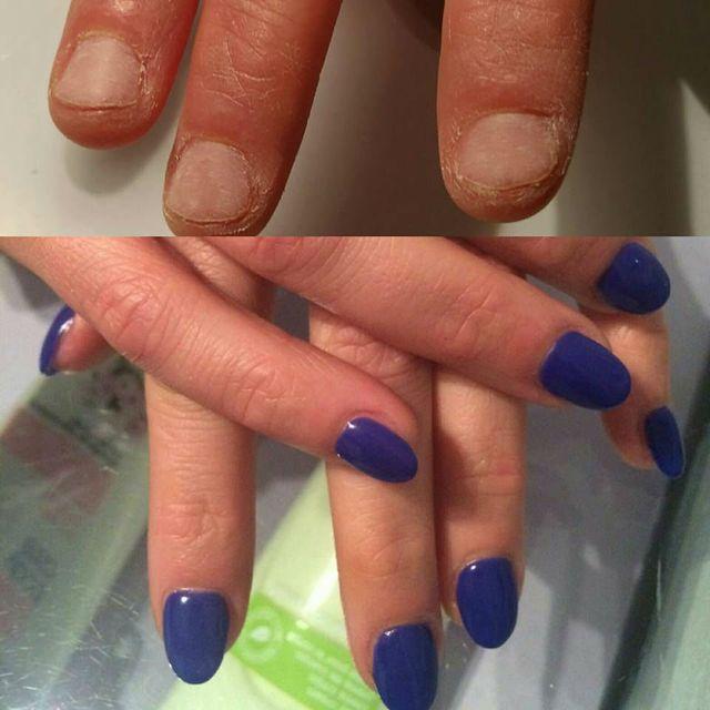 due mani con le unghie  di color rosa e dorato