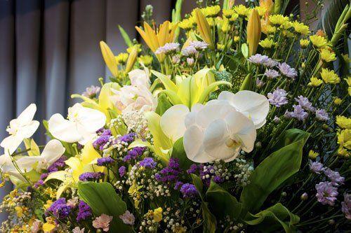 una composizione di fiori bianchi,viola e gialli