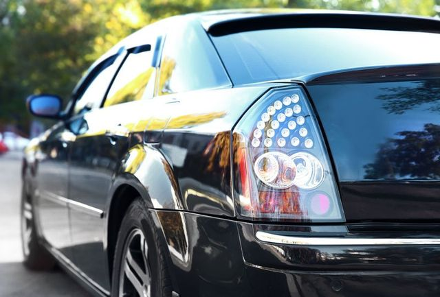 una macchina nera vista da dietro