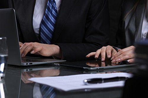 due persone che lavorano al computer e al tablet