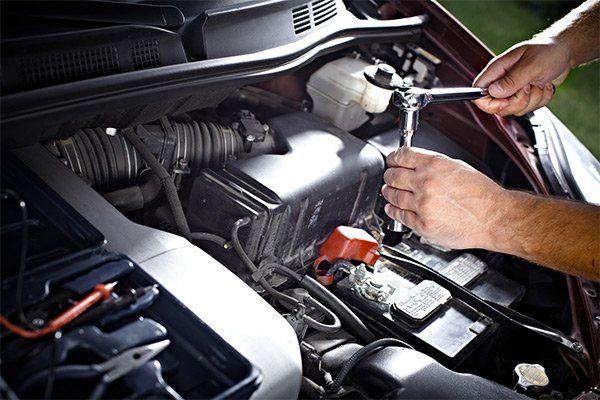 impiegato impegnato in una riparazione di un auto
