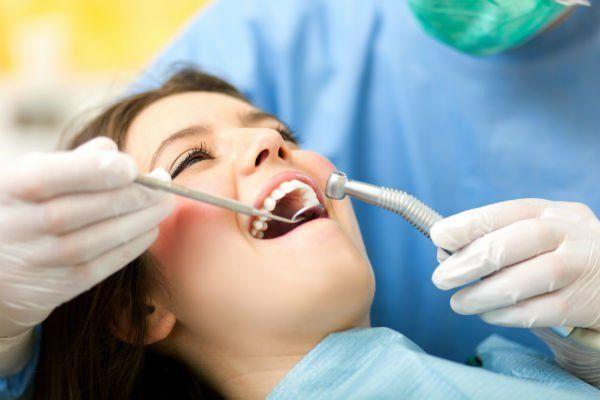 una ragazza con la bocca aperta durante una visita dentistica
