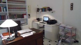 ufficio dello studio con lampadina sul mensola