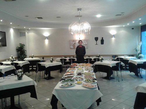 cameriere davanti a una tavola con buffet