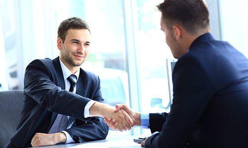Uomo d'affari stringe la mano per sigillare un accordo con il suo partner