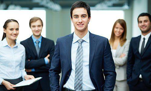 Gruppo di uomini d'affari amichevoli con leader maschio davanti