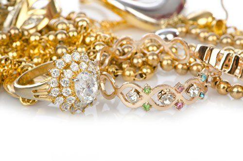 collane, braccialetti e un anello dorato