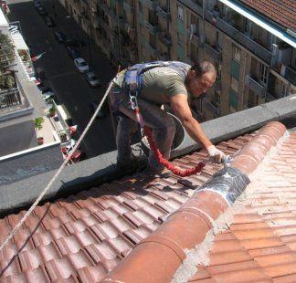 installazione sistema di ancoraggio da parte di un operaio sul tetto
