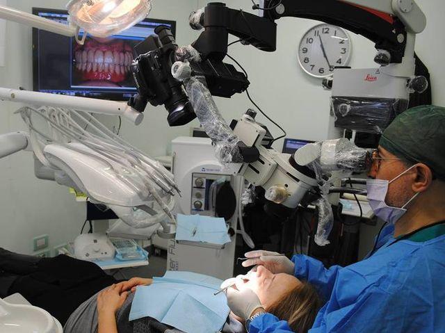 medico e paziente durante un Trattamento dentale
