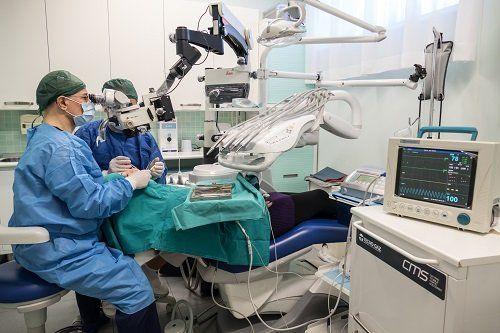 due dentisti visitano un paziente disteso