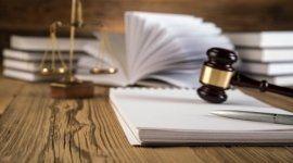 martelletto del giudice, scrivania in legno, bilancia in ottone da scrivania