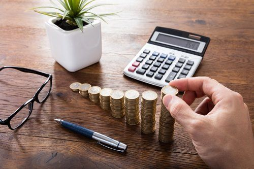 pile di monete e calcolatrice