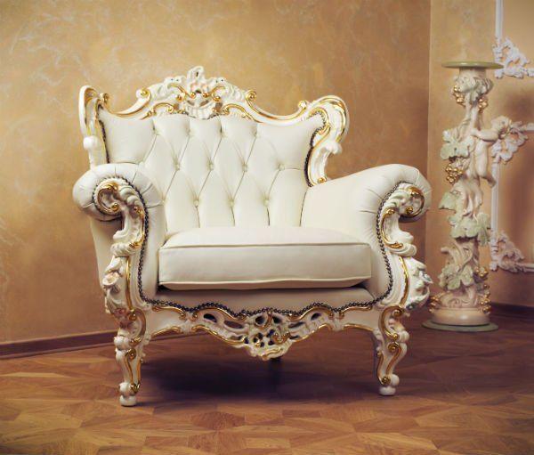 poltrona bianca e dorata in legno