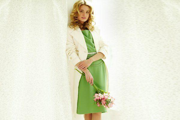 Giovane donna indossa un vestito verde
