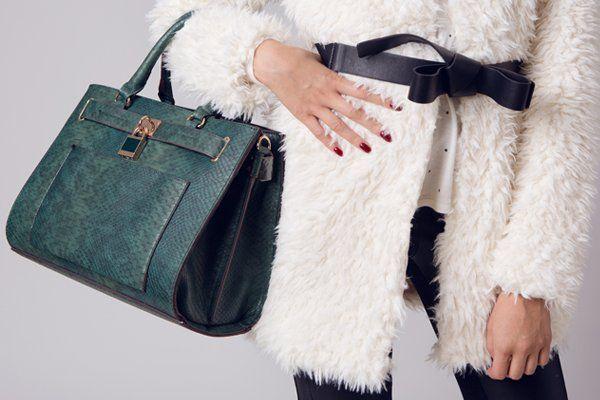 Donna con una borsa in pelle