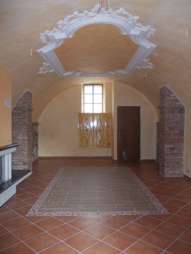 Colonna di mattoni e parete imitando un muro di pietra