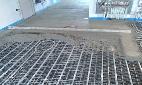 Montando sistema di riscaldamento attraverso il suolo