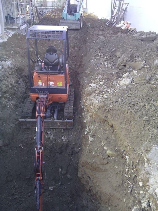 Macchina escavatore facendo un fosso