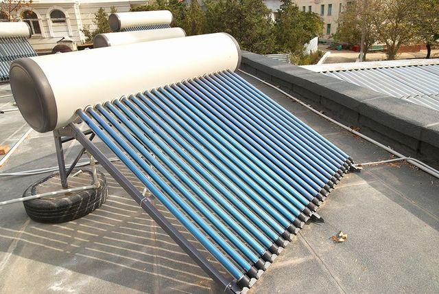 Sistema di riscaldamento dell'acqua solare sottovuoto sul tetto della casa.