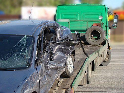 una macchina incidentata su un carro attrezzi