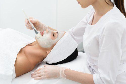 Donna durante il trattamento estetico per viso