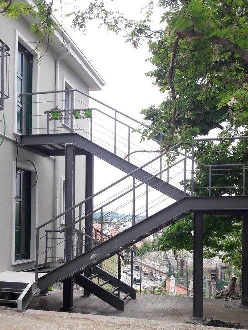 delle scale esterne