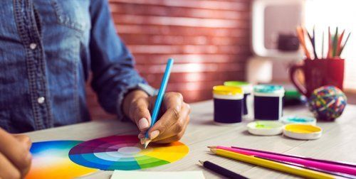 persona che disegna una ruota con i colori