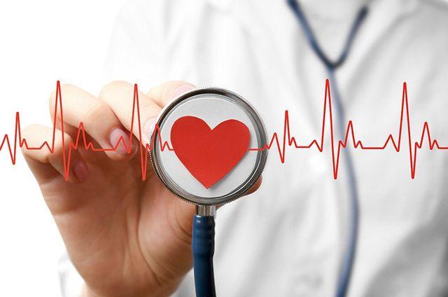 una mano con in mano uno stetoscopio con un cuore rosso disegnato e accanto una linea discontinua rossa