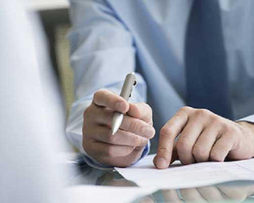 Foto di un professionista che regge una penna in mano