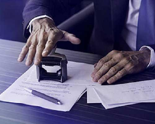 Professionista che sta per timbrare un documento