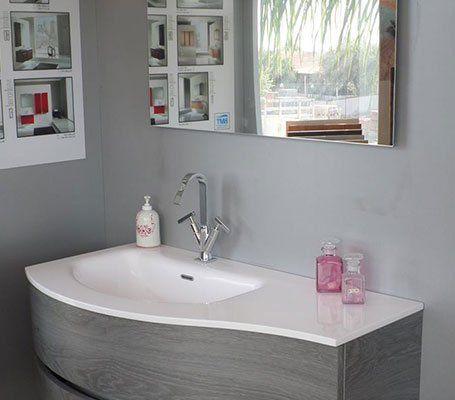 un lavabo in un bagno moderno