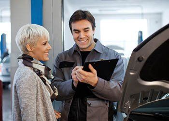 venditore di auto con un cliente sorridente