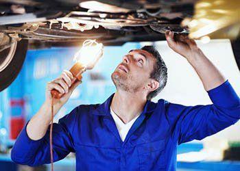 meccanico mentre ripara una macchina
