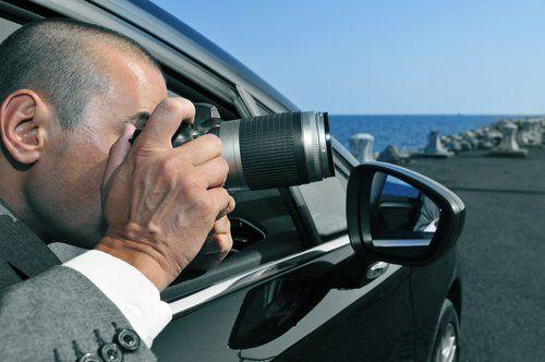 persona in macchina fa una foto con macchina fotografica professionale
