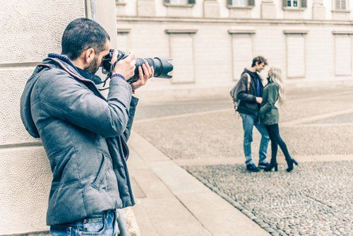 uomo fotografa una coppia