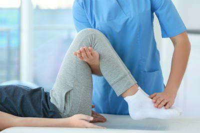 medico effettua riabilitativo sul ginocchio