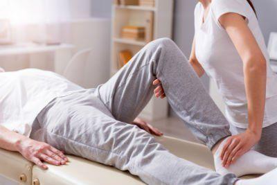fisioterapista esegue metodo Taping su paziente