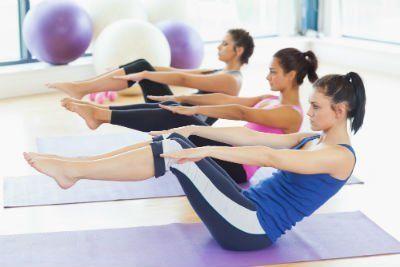 giovani donne eseguono esercizi di pilates